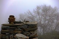 Naczynie dla kadzidła przy kamiennym wzgórzem Obrazy Royalty Free