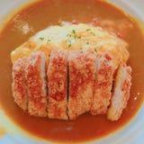 Naczynie Japan curry z podpalającą wieprzowiną i rozdrapanymi jajkami Zdjęcia Royalty Free