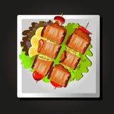 Naczynie mięso na skewers, pomidorach i ziele na czarnym tle, Obraz Royalty Free