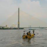 Naczynie śmieciarskiej kolekci Chao Phraya Miejska rzeka, Bangkok, Obrazy Royalty Free