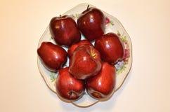 Naczynie owoc Bardzo dojrzali czerwoni jabłka ten naczynie jest sen weganin zdjęcia stock