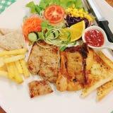 Naczynie podpalający wieprzowiny, kurczaka stek z i, zdjęcie royalty free