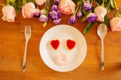 Naczynie róże na specjalnych dniach i ciastka zdjęcia stock