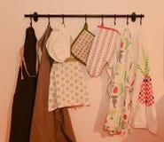 Naczynie ręczniki, piekarnik rękawiczka, piekarnik mitenki i śliniaczków fartuchy dla dorosłych parzysty, równy dzieci, zdjęcie stock