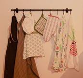 Naczynie ręczniki, piekarnik rękawiczka, piekarnik mitenki i śliniaczków fartuchy dla dorosłych parzysty, równy dzieci, fotografia stock