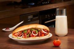 Naczynie w pita chlebie z mięsem, pomidorem, cebulami i pietruszką, Obraz Stock