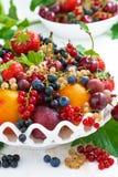 Naczynie z świeżą sezonową owoc i jagodami na stole, zakończenie Fotografia Stock