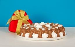 Naczynie z ciastkiem, prezenta serce na białym płótnie Fotografia Stock