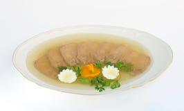 Naczynie z galaretowaciejącym wołowina jęzorem na bielu. Obrazy Royalty Free