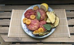 Naczynie z gotującymi owoc i warzywo na stole zdjęcie royalty free