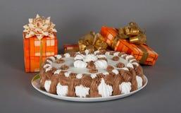 Naczynie z kulebiakiem i jest udziałem prezentów pudełka zdjęcia royalty free