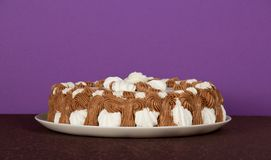 Naczynie z kulebiakiem na brown płótnie Fotografia Royalty Free