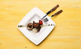 Naczynie z nowożytną prezentacją na kwadrata talerzu zdjęcie royalty free