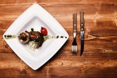 Naczynie z nowożytną prezentacją na kwadrata talerzu francuski posiłek zdjęcia royalty free