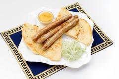 Naczynie z piec na grillu kiełbasami, pita chleb, musztarda Fotografia Stock