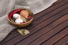 Naczynie z pikantność na drewnianym tle Obrazy Stock