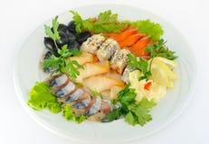 Naczynie z pokrojonym łososiem, śledź, jesiotr, dekorujący. Fotografia Royalty Free