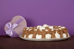 Naczynie z prezentem i ciastkiem obraz stock