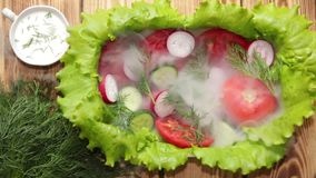 Naczynie z sałatą, pokrojonymi pomidorami, ogórkiem i rzodkwią z koperem, słuzyć ranek mgłę Lekki ranku popiół dmucha daleko od m zbiory wideo