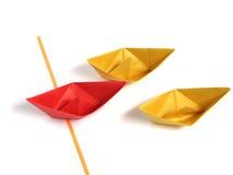 nad biel łódkowaty origami fotografia stock