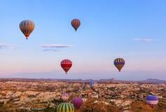 Nad Cappadocia balonowy gorącego powietrza latanie Turcja Zdjęcie Stock