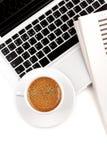 nad cappuccino filiżanki laptopu widok Zdjęcie Royalty Free