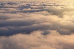 Nad chmurami, przegląda z góry, światło słoneczne, chmury zamyka samolotem, lot obrazy royalty free