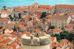 Nad czerwonymi dachami Dubrovnik Fortecy wierza fotografia royalty free