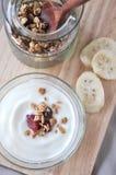 Nad jogurtu puchar z granola fotografia royalty free