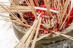 Nad kadzidło kijem w tajlandzkiej świątyni Fotografia Royalty Free