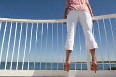 nad kobietą punkt obserwacyjny ocean Obraz Stock