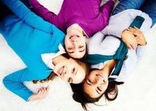 Przyjaciele na podłoga Zdjęcia Royalty Free