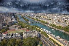 Nad miastem dramatyczny niebo Fotografia Royalty Free