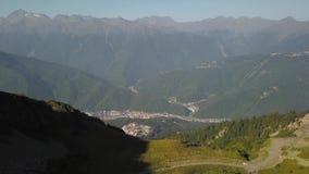 Nad miastem w górach zdjęcie wideo