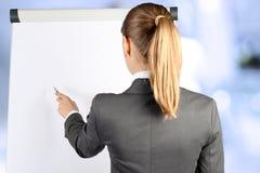 Nad naramiennym widokiem wskazuje na whi blondynka bizneswoman Obrazy Royalty Free