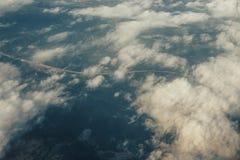 Nad niebiański pojęcie, przegląda od samolotu puszyste białe chmury i ziemia Obrazy Royalty Free
