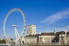 Nad niebieskim niebem londyński Oko Fotografia Stock