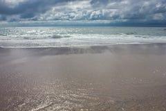 Nad oceanem chmurny niebo Zdjęcia Stock