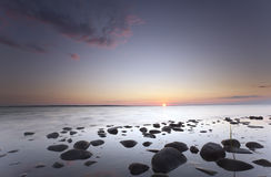 Nad oceanem uroczy wschód słońca Zdjęcia Royalty Free