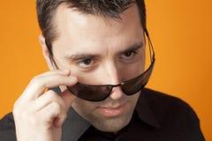 nad okulary przeciwsłoneczne jego przyglądający mężczyzna Fotografia Royalty Free