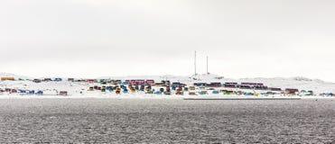 Nad Północny Biegunowy okrąg, Kolorowy Aasiaat miasto w mi Zdjęcia Stock