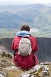 nad potomstwami mężczyzna przyglądające góry Obraz Royalty Free