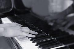 nad ręk kluczy monochromatyczny fortepianowy brzmienie Zdjęcia Stock