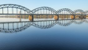 nad Riga kolejową rzeką bridżowy daugava Latvia Obrazy Stock