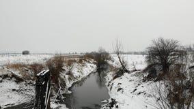 Nad rzeką, zima czas Ziemia zakrywa z śniegiem europejczycy Gładkiego lota puszka technika zdjęcie wideo