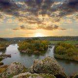 nad rzeki skałą Obrazy Royalty Free
