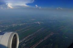 nad samolotowy komarnicy ziemi widok na ocean okno zdjęcie stock