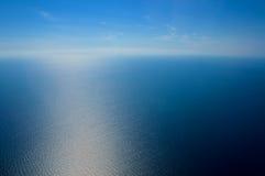nad samolotowy komarnicy ziemi widok na ocean okno Morze i niebo Obrazy Royalty Free
