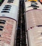 Nad silników diesla pociągi na szlakowej sposób staci obrazy royalty free