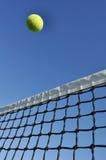 nad tenisowym kolor żółty latanie balowa sieć Obrazy Royalty Free